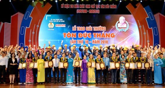 Các đồng chí lãnh đạo TPHCM, đồng nghiệp chúc mừng các điển hình đạt giải Tôn Đức Thắng năm 2018. Ảnh: VIỆT DŨNG