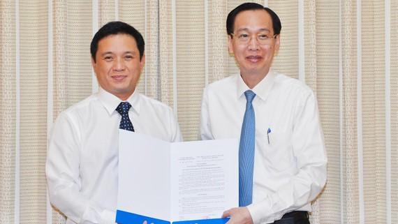 Ông Nguyễn Trung Anh nhận quyết định làm Phó Giám đốc Sở Kế hoạch - Đầu tư TPHCM. Ảnh: VIỆT DŨNG