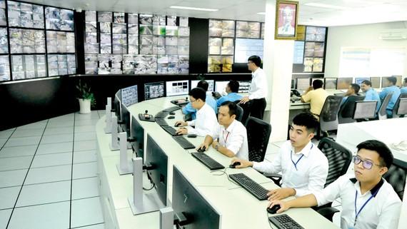 Vận hành Trung tâm Giám sát, điều khiển giao thông thông minh tại TPHCM giúp giám sát giao thông, điều khiển tín hiệu, cung cấp thông tin giao thông và hỗ trợ xử lý vi phạm. Ảnh: CAO THĂNG