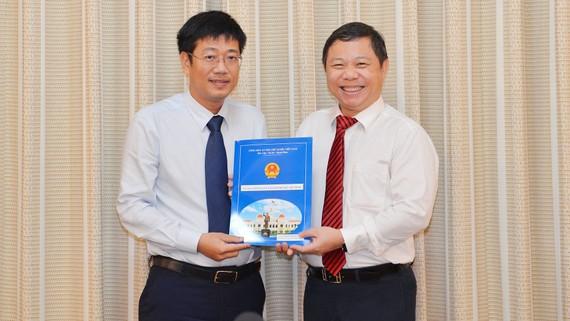 Phó Chủ tịch UBND TPHCM Dương Anh Đức trao quyết định cho đồng chí Trần Thanh Tùng. Ảnh:VIỆT DŨNG