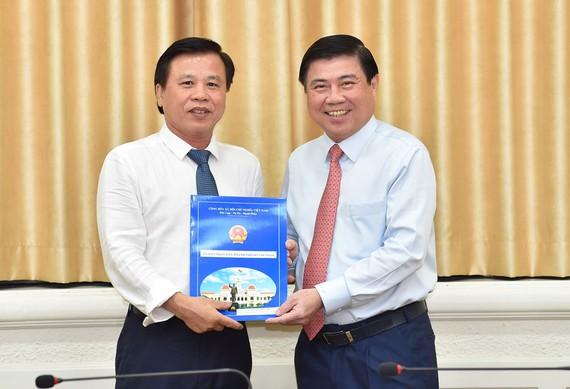 Chủ tịch UBND TPHCM Nguyễn Thành Phong trao quyết định bổ nhiệm cho đồng chí Nguyễn Hữu Tín. Ảnh: VIỆT DŨNG