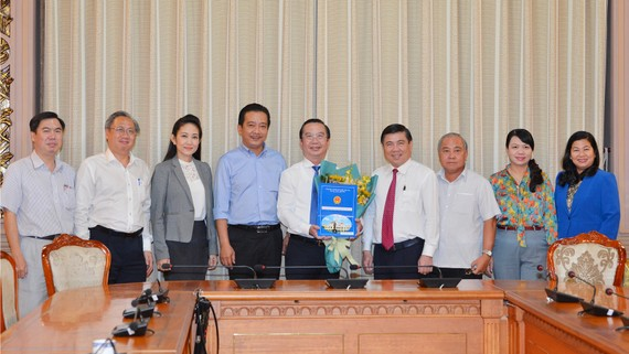 Chủ tịch UBND TPHCM Nguyễn Thành Phong và các đồng chí lãnh đạo Sở Văn hóa - Thể thao chúc mừng ông Trần Thế Thuận. Ảnh: VIỆT DŨNG