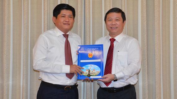 Phó Chủ tịch UBND TPHCM Dương Anh Đức trao quyết định cho ông Nguyễn Hữu Nghĩa. Ảnh: VIỆT DŨNG