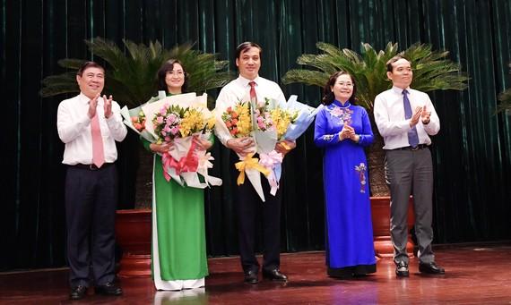 Các đồng chí lãnh đạo TPHCM chúc mừng đồng chí Lê Hòa Bình và đồng chí Phan Thị Thắng được bầu giữ chức Phó Chủ tịch UBND TPHCM, chiều 8-12-2020. Ảnh: VIỆT DŨNG