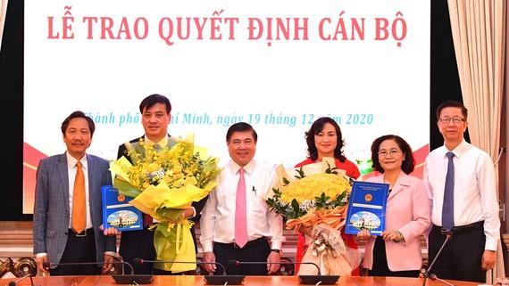 Chủ tịch UBND TPHCM Nguyễn Thành Phong, Chủ tịch HĐND TPHCM Nguyễn Thị Lệ cùng các đồng chí lãnh đạo chúc mừng 2 tân Phó Chủ tịch UBND TPHCM Phan Thị Thắng và Lê Hòa Bình. Ảnh: VIỆT DŨNG