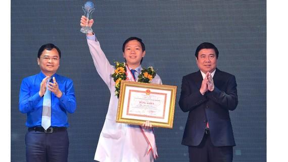 Chủ tịch UBND TPHCM Nguyễn Thành Phong trao danh hiệu Công dân trẻ tiêu biểu TPHCM năm 2020 cho Ngô Việt Anh - Bí thư Chi đoàn Hồi sức Cấp cứu, Bệnh viện Chợ Rẫy. Ảnh: VIỆT DŨNG
