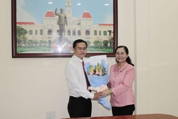 Chủ tịch HĐND TPHCM Nguyễn Thị Lệ trao quyết định bổ nhiệm chức vụ Chánh Văn phòng Đoàn ĐBQH và HĐND TPHCM tới đồng chí Cao Thanh Bình