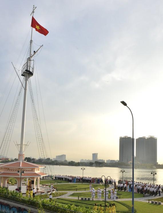 Lễ chào cờ tại Cột cờ Thủ Ngữ. Ảnh: VIỆT DŨNG