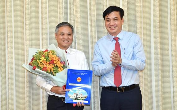 Phó Chủ tịch UBND TPHCM Lê Hoà Bình trao quyết định cho ông Lâm Hoài Anh. Ảnh: VIỆT DŨNG