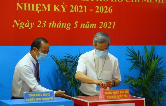 Cư tri bỏ phiếu bầu tại khu vực bầu cử thuộc quận 3, TPHCM. Ảnh: HOÀI VŨ
