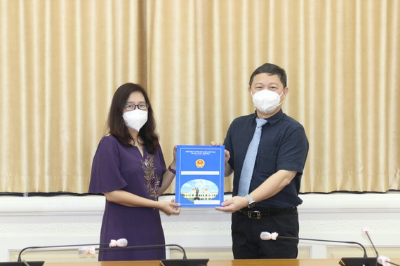 Phó Chủ tịch UBND TPHCM Dương Anh Đức trao quyết định bổ nhiệm bà Đinh Thị Phương Thảo giữ chức vụ Phó Chủ nhiệm Ủy ban về người Việt Nam ở nước ngoài TPHCM