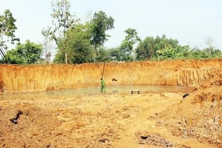 Hai anh em ruột đuối nước thương tâm dưới hầm đất đào trái phép