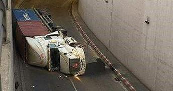 Xe container liên tục lật trong hầm chui ngã 4 Vũng Tàu do chạy quá tốc độ