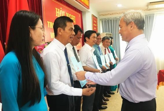 Bí thư tỉnh ủy Đồng Nai trao quyết định cho các cán bộ được phân công nhiệm vụ mới. Ảnh: BĐN