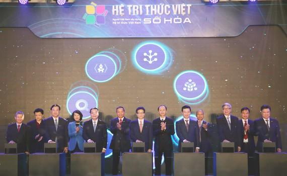 Phó Thủ tướng Vũ Đức Đam cùng các quan khách bấm nút vận hành Hệ tri thức Việt số hóa