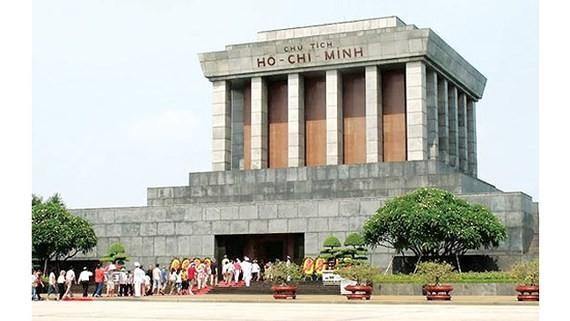 Người dân vào Lăng viếng Chủ tịch Hồ Chí Minh. Ảnh: C.T.
