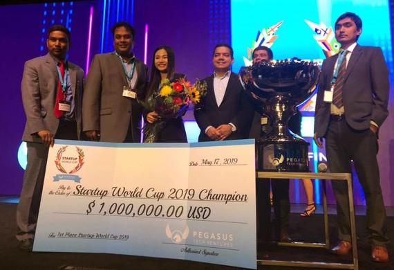 Đại diện Abivin nhận giải thưởng quán quân cuộc thi Startup World Cup 2019 tại San Francisco, Mỹ