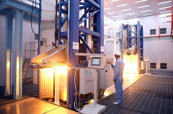 Hai tháp ở độ cao hơn 30m với 4 line, phôi thủy tinh được nung chảy ở nhiệt độ xấp xỉ 2.000°C để kéo sợi quang của nhà máy