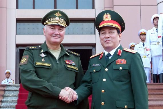 Đại tướng Lương Cường và Thượng tướng A.V Kartapolov tại lễ đón. Ảnh T.B