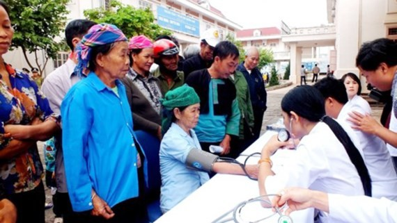 Medical workers are examining poor people in the program (Photo: SGGP)