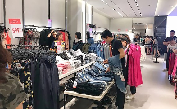Young people are selecting a clothes of their choice in Zara store in HCMC (PHoto: SGGP)