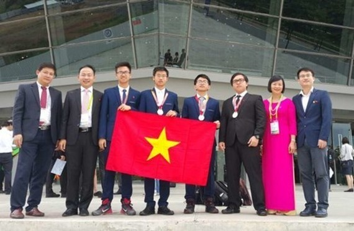 Winning students arrive in Noi Bai Airport (Photo: SGGP)