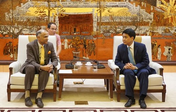 Chairman of the Hanoi People's Committee Nguyen Duc Chung (R) receives Indian Ambassador to Vietnam Parvathaneni Harish (Photo: VNA)