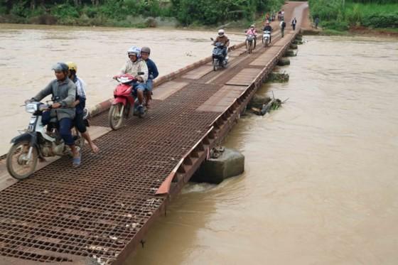 Ong Thieu Bridge in poor repair (Photo: SGGP)