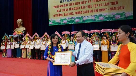 Ca Mau outstanding teachers honored