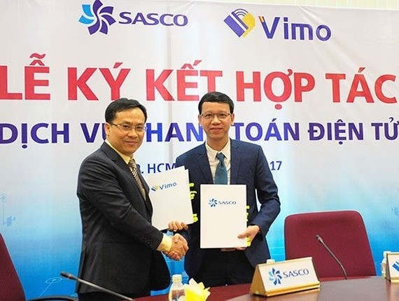 Representatives of Vimo and SASCO sign an agreement on launching electronic payment services for Asian tourists when travelling into Vietnam. — (Source: ictnews.vn)