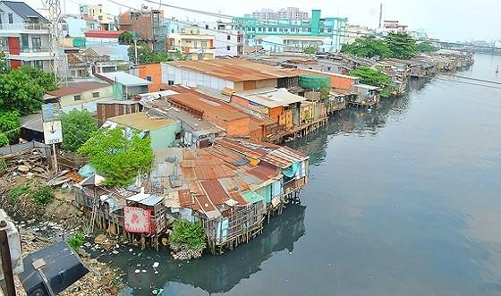 Slums alongside river in district 8 (Photo: SGGP)