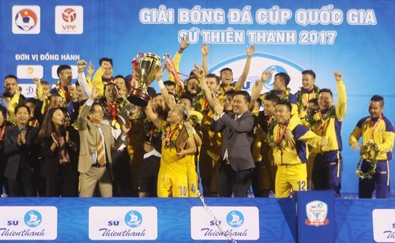 Song Lam Nghe An FC tops the Vietnam National Football Cup last year. (Photo: VNA)