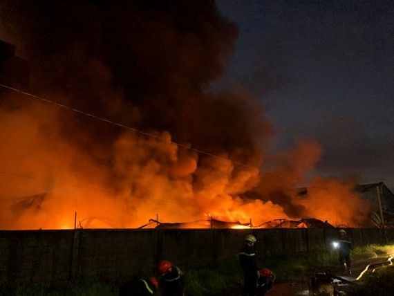 Hundreds of firefighters join fight to douse fire in Vinh Loc Industrial Park