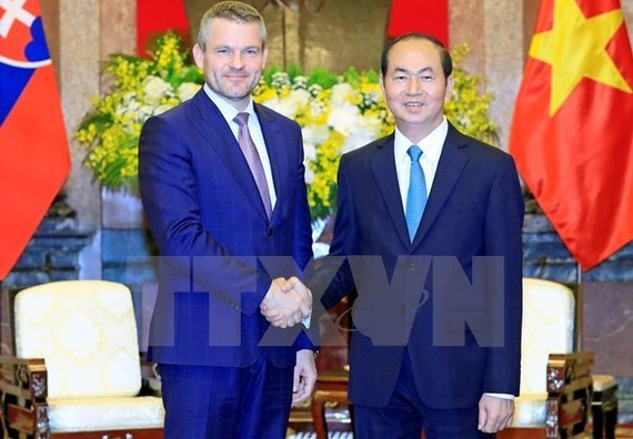 President Tran Dai Quang (R) shakes hands with Slovak Prime Minister Peter Pellegrini during his official visit to Vietnam in November 2017 (Photo: VNA)