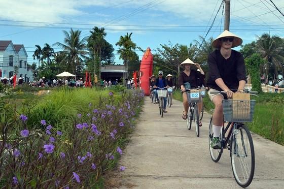 Foreign tourists enjoy an ecotourism in Quang Nam (photo: SGGP)