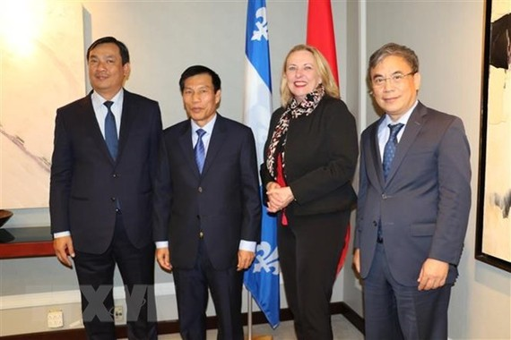 Vietnamese Minister of Culture, Sports and Tourism Nguyen Ngoc Thien (second from left) and Quebec's Minister of International Relations and La Francophonie Christine St-Pierre (second from right) pose for a photo (Source: VNA)