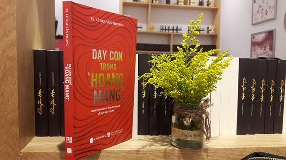 """""""Day con trong hoang mang"""" (Teaching Children in Anxiety) by Le Nguyen Phuong is honoured in the education category. (Photo: vietnamnet.vn)"""