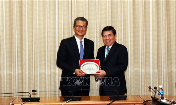 Chairman Nguyen Thanh Phong and Financial Secretary of the Hong Kong Special Administrative Region Paul Chan Mo-po (Photo: http://tphcm.dangcongsan.vn)