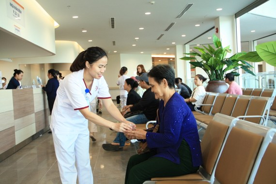 These first patients come to the new hospital (Photo: Courtesy of the new hospital )