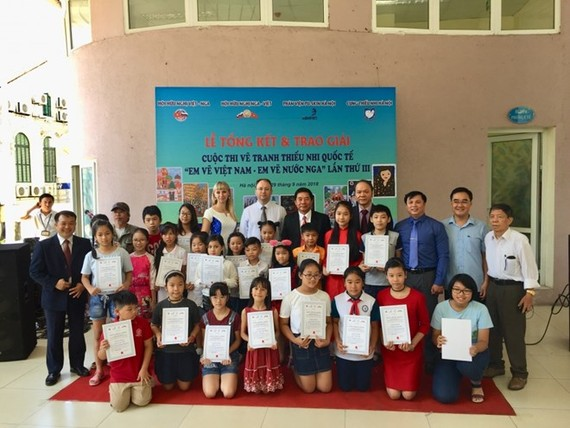 Winners of the contest and the organising board in a group photo (Source: baoquocte.vn)