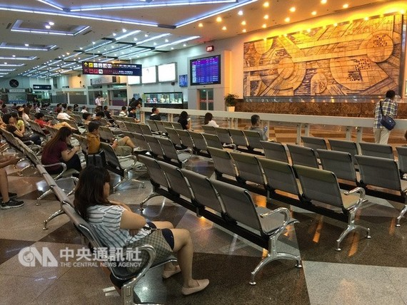 Passengers wait at the Kaohsiung International Airport in Taiwan. — Photo cafef.vn