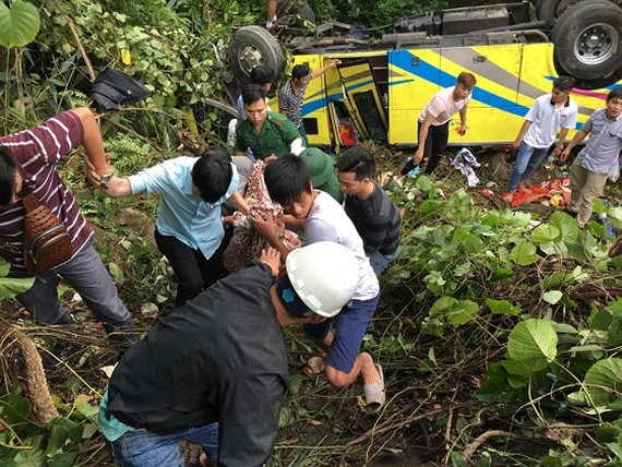 Police officers, locals and rescue workers join the rescue effort to take victims to hospital in the central city of Da Nang (Photo: SGGP)