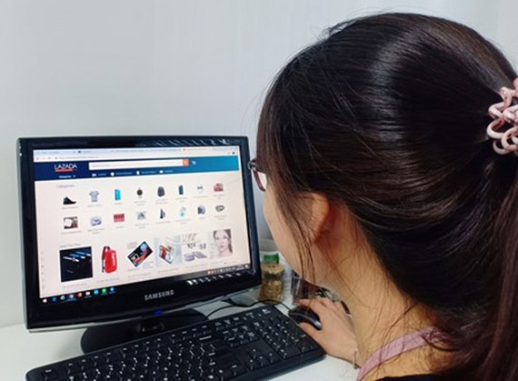 Online traders have to be independent from social networks. Photo by Thu Huong