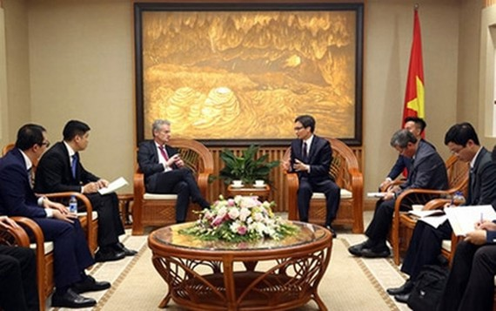 Deputy Prime Minister Vu Duc Dam received Mr. Ralph Haupter, President of Microsoft Asia. Photo by VOV