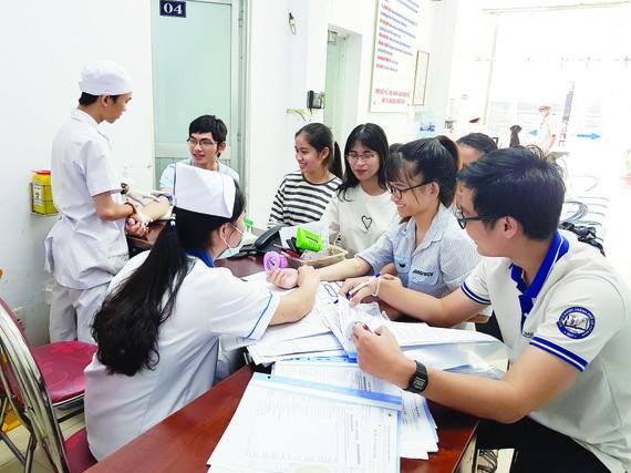Nguyen Van Huong scholarship recipients are examining patients (Photo: SGGP)