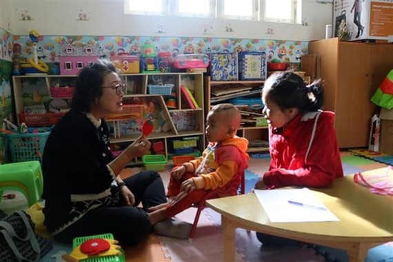 Choi Young-sook (L), a Korean woman in her 60s with a doctorate degree in audiology, has been dedicating her time to students with disabilities in Da Lat city in the Central Highland province of Lam Dong (Photo: VNA)