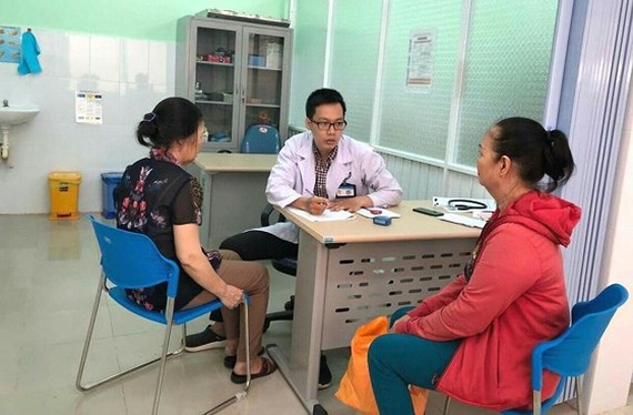 A doctor is examining patients to verify their disabilities before taking the free course of physical therapy (Photo: SGGP)