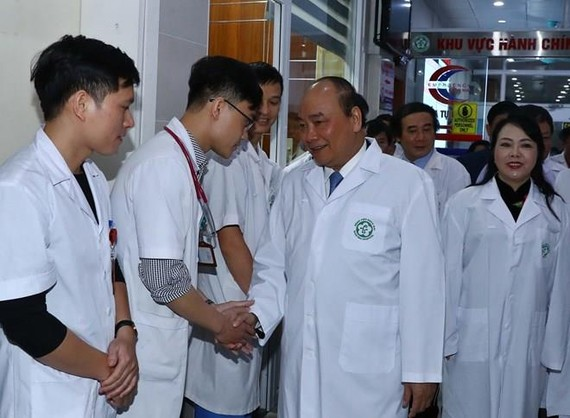 PM Nguyen Xuan Phuc visits Bach Mai General Hospital on the occasion of Vietnamese Doctors' Day. (Photo: VNA)