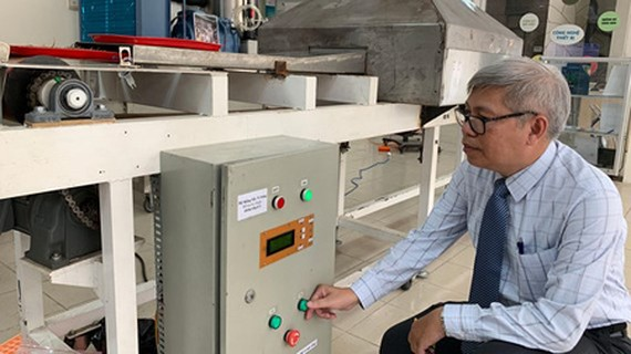 The device to apply microwave technology is introduced at CESTI. Photo by T.Ba