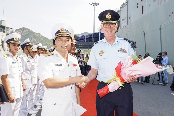 Navy Captain Do Minh of Naval Zone 4 welcomed Air Commodore Richard Owen-Commander Joint Task Force 661-Indo Pacific Endeavour 19 to Vietnam with HMAS Canberra and HMAS Newcastle (Photo: Coutersy of Australian Embassy)
